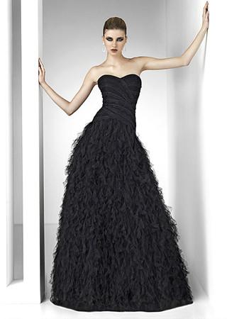 robe de soirée longue et noire en style bustier, marque pronovias