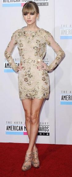 Taylor Swift portant sa robe de soirée courte dorée
