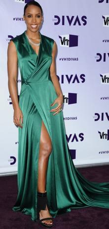 Kelly rowland porte une robe cocktail verte sur le tapis violet