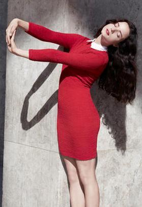 robe rouge courte portée par charlotte le bon col blanche