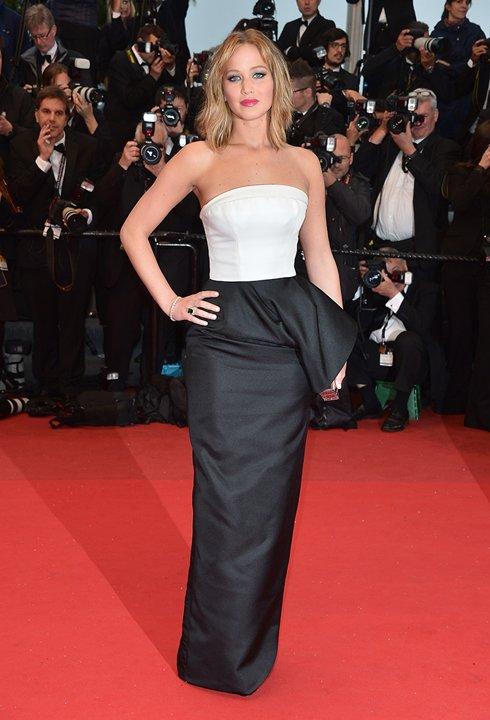 Jennifer Lawrence porte une robe de soirée blanche avec noir