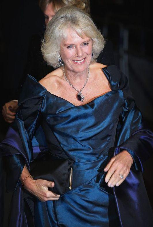 Camilla portant une robe de soirée bleu