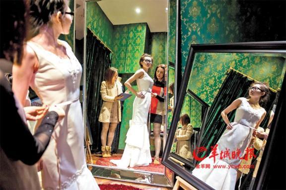 Femme essaye sa robe sur mesure