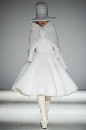 Une robe blanche issue de Gareth Pugh automne 2014