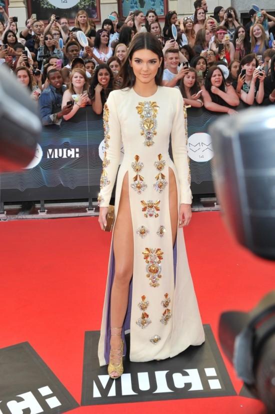 Kendall Jenner portait une robe fendue aux MuchMusic Video Awards 2014