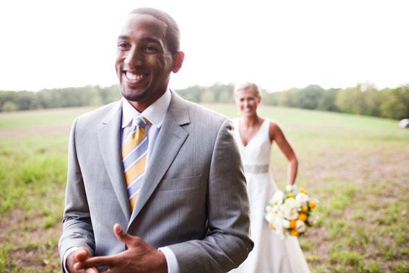 un homme noir sourit avant de voir sa mariée