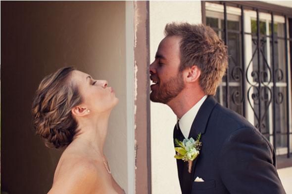 mariée veut baiser son marié qui est derrière la porte