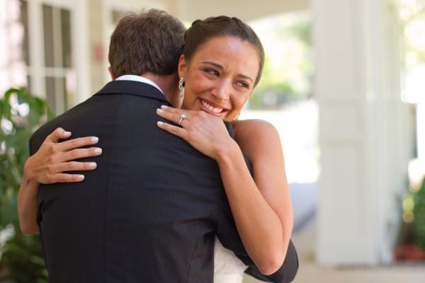 nouveaux mariés s'embrassent et mariée se met à pleurer