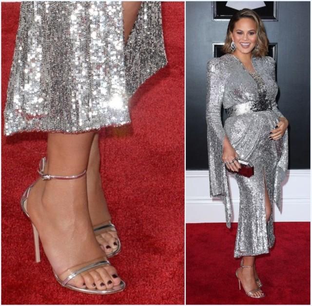 sandale argenté à talon haut pour assortir à la robe métallique à manche