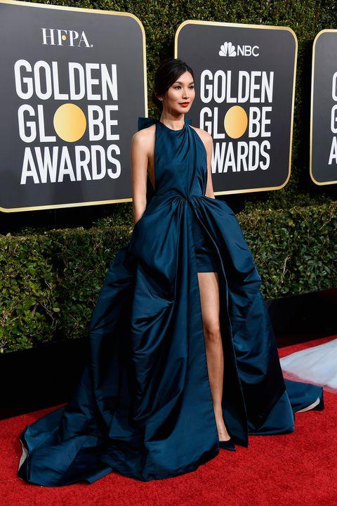 gemma chan en une robe de soirée bleu style bascule
