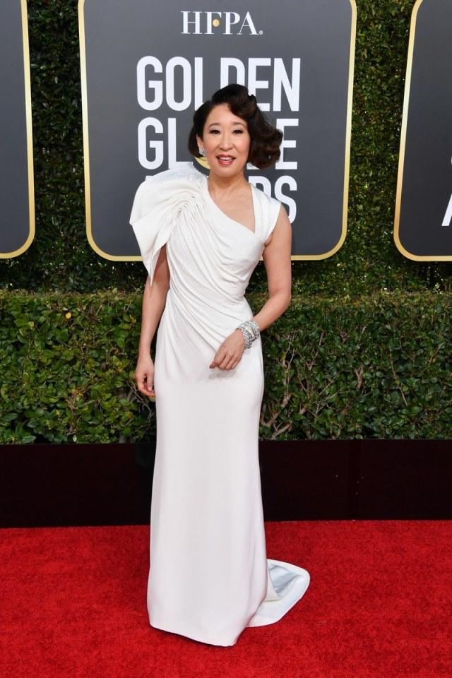 sandra oh en une robe de soirée blanche drapé fourreau golden globes 2019